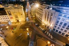 Nattsikt av byggnad av den tjeckiska National Bank i Prague, Tjeckien Fotografering för Bildbyråer