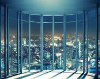 Nattsikt av byggnader från högt löneförhöjningfönster Arkivfoton