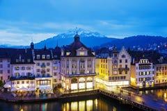 Nattsikt av byggnader längs floden Reuss Royaltyfri Foto