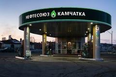 Nattsikt av byggnadsbensinstationen var försäljningsbensin och diesel- bränsle för bil royaltyfri foto