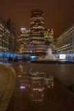 Nattsikt av Cabot Square i hamnkvarter, London, UK Royaltyfri Fotografi