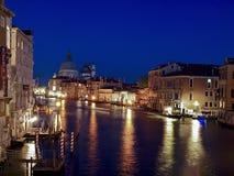 Nattsikt av Canale som är stor i Venedig arkivfoton