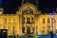 Nattsikt av CEC Bank, Bucharest royaltyfria foton