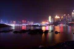 Nattsikt av Chongqing Arkivbild