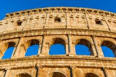 Nattsikt av Colosseumen eller coliseumen, Flavian Amphitheatr Royaltyfria Bilder