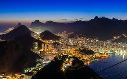 Nattsikt av Corcovado och Botafogo i Rio de Janeiro Arkivfoto