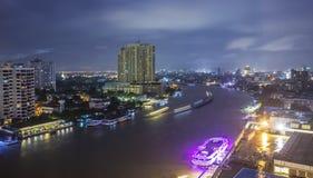 Nattsikt av den Bangkok staden arkivbild