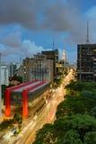 Nattsikt av den berömda Paulista avenyn Arkivfoto