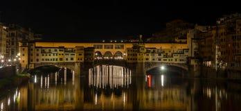 Nattsikt av den berömda Ponte Vecchio bron, Florence, Italien arkivbilder