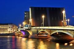 Nattsikt av den Blagoveshchensky bron royaltyfria foton