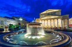 Nattsikt av den Bolshoi teatern och springbrunnen i Moskva Arkivbild