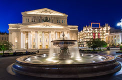 Nattsikt av den Bolshoi teatern och springbrunnen i Moskva, Ryssland Royaltyfri Fotografi