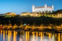 Nattsikt av den Bratislava slotten i huvudstad av den slovakiska republiken Arkivbild