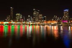 Nattsikt av den Brisbane staden från Southbank Parklands, Brisbane Arkivfoton