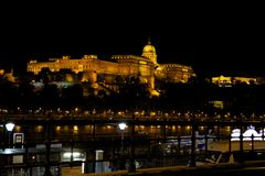 Nattsikt av den Buda slotten, Budapest Royaltyfria Bilder