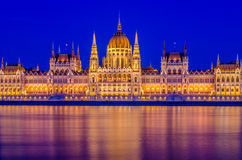 Nattsikt av den Budapest parlamentet Royaltyfria Foton