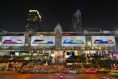Nattsikt av den centrala världsgallerian Bangkok thailand Royaltyfria Bilder
