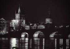 Nattsikt av den Charles bron Arkivfoto