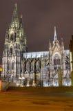 Nattsikt av den Cologne domkyrkan Royaltyfri Bild