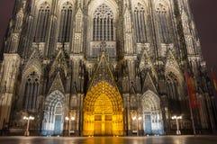 Nattsikt av den Cologne domkyrkan Royaltyfria Bilder