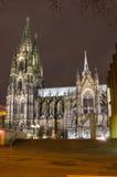 Nattsikt av den Cologne domkyrkan Royaltyfri Fotografi