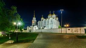 Nattsikt av den Dormition domkyrkan i Vladimir arkivfoto