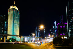 Nattsikt av den Dubai affärsmitten Fotografering för Bildbyråer