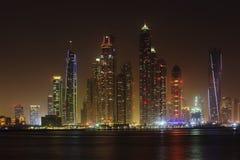Nattsikt av den Dubai marina Royaltyfri Fotografi