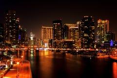 Nattsikt av den Dubai marina Arkivfoto