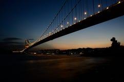 Nattsikt av den enorma bron Arkivfoto