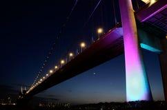 Nattsikt av den enorma bron Arkivfoton