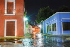 Nattsikt av den färgrika gränden i Campeche Mexico royaltyfri foto