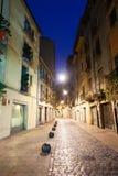 Nattsikt av den gamla smala gatan av den europeiska staden Arkivfoton