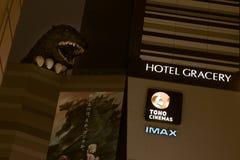 Nattsikt av den Godzilla statyn på Toho bior, Shinjuku arkivbilder