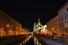 Nattsikt av den Griboyedov kanalen Arkivfoto