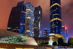 Nattsikt av den Guangzhou operahuset och andra byggnader Arkivfoto