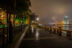 Nattsikt av den Gulangyu ön, i att regna, Xiamen royaltyfria bilder
