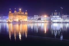 Nattsikt av den guld- templet Amritsar Punjab Indien Royaltyfri Bild