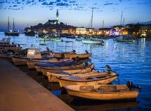 Nattsikt av den härliga staden Rovinj i Istria, Kroatien Afton i gammal kroatisk stad, nattplats med vattenreflexioner arkivfoto