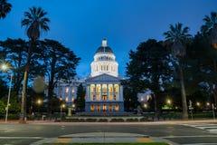 Nattsikt av den historiska Kalifornien statKapitolium Arkivfoton