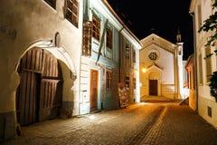 Nattsikt av den historiska staden Sighisoara på Juli 07, 2015 Stad som var i födda Vlad Tepes, Dracula Arkivbilder