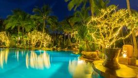 Nattsikt av den härliga simbassängen i den tropiska semesterorten, Phuket Royaltyfria Foton