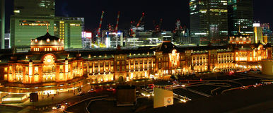 Nattsikt av den Japan Tokyo stationen Arkivfoton