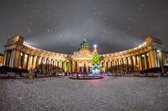 Nattsikt av den Kazan domkyrkan i St Petersburg i det nya året för vinter Arkivfoto