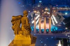 Nattsikt av den magiska springbrunnen från den Montjuic kullen, Barcelona royaltyfria foton