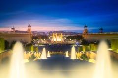 Nattsikt av den magiska springbrunnen i Barcelona Royaltyfri Fotografi