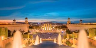 Nattsikt av den magiska springbrunnen i Barcelona Arkivfoto