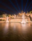 Nattsikt av den magiska springbrunnen i Barcelona Arkivbild