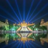 Nattsikt av den magiska springbrunnen i Barcelona Royaltyfria Bilder