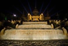 Nattsikt av den magiska springbrunnljusshowen i Barcelona Fotografering för Bildbyråer